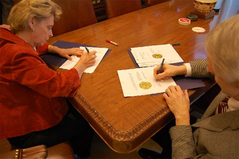 This is Washington Governor Christine Gregoire and Secretary of State Sam ...